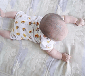 baby-lying-on-stomach-babysitter-tips
