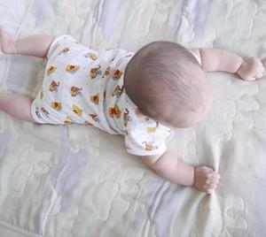 baby-lying-on-stomach-babysitter-tips