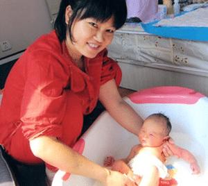 confinement-nanny-singapore-bath-baby
