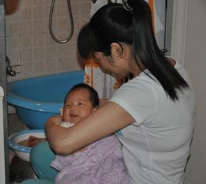 Confinement Nanny Bathe Newborn Baby - What is a Confinement Nanny